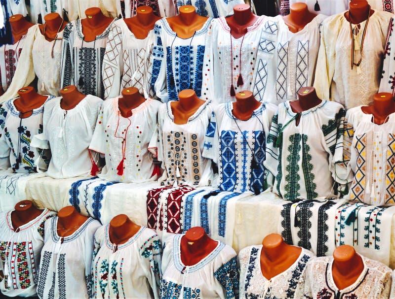 Suporte com as blusas rurais feitos à mão, bordadas fotos de stock
