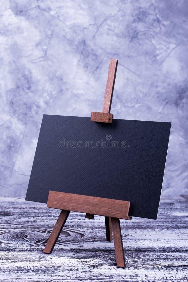 Suporte com o cartão para o texto no fundo cinzento fotos de stock