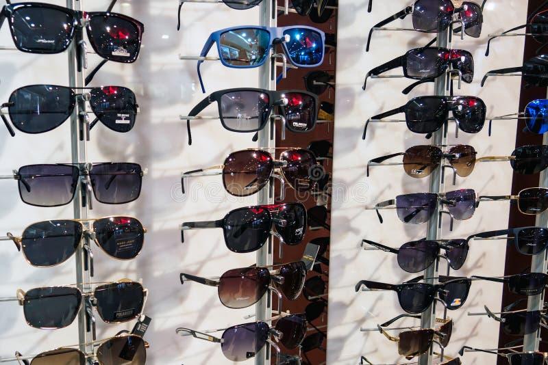 Suporte com os óculos de sol na loja fotografia de stock