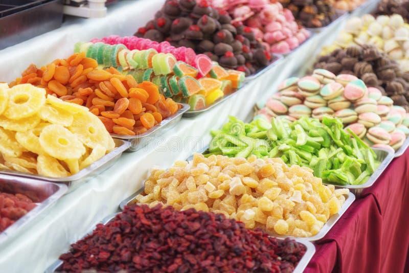 Suporte com os feijões de geleia em borracha saborosos Alimento colorido da rua com os doces deliciosos saborosos doces em Budape fotografia de stock
