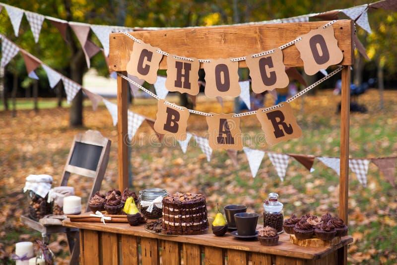 Suporte da barra de chocolate no parque do outono imagens de stock royalty free