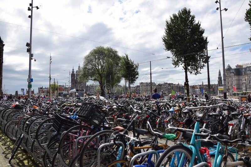 Suporte da bicicleta na frente da estação de Centraal em Amsterdão - cremalheira da bicicleta na Holanda, Países Baixos fotografia de stock