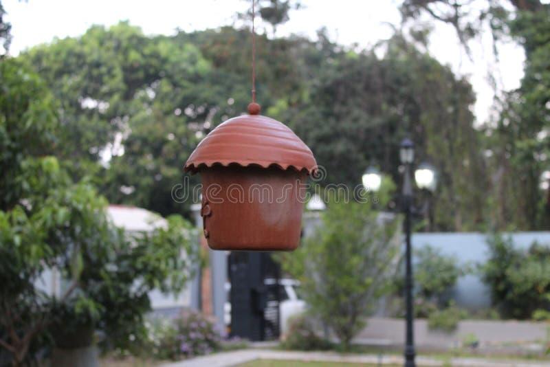 Suporte da casa do pássaro da argila de Brown sozinho imagem de stock
