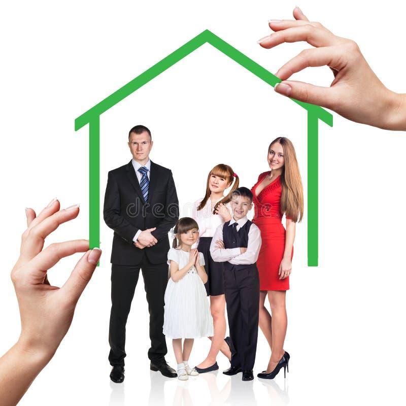 Suporte da família sob a casa verde fotos de stock royalty free
