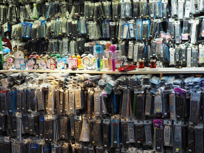 Suporte de controle remoto no bazar que vende centenas de dispositivos foto de stock