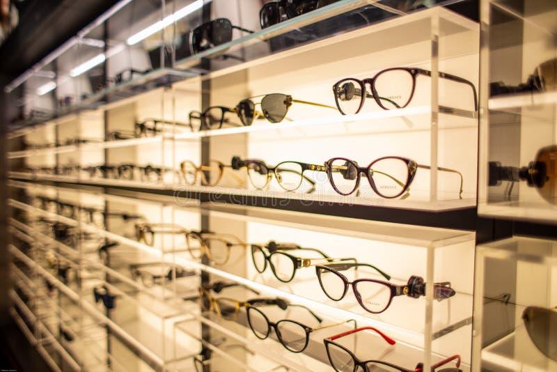 Suporte de exposição do Eyewear completamente de vidros luxuosos em Cagliari, Sardegna em novembro de 2018 imagens de stock royalty free