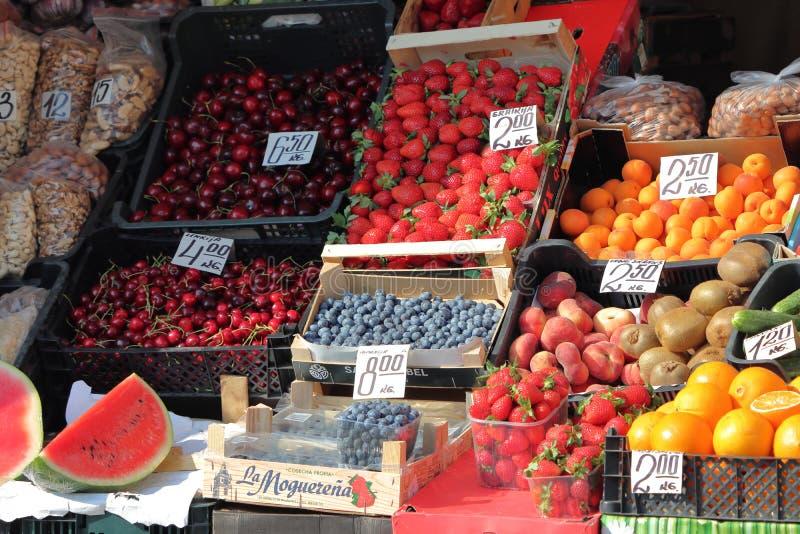 Suporte de Fruite em Lituânia no verão imagem de stock royalty free