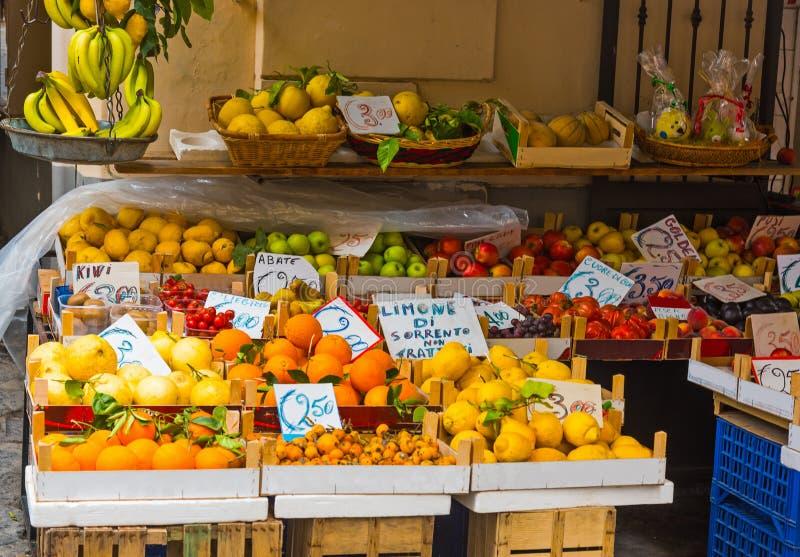 Suporte de fruto em Sorrento mundialmente famoso fotos de stock