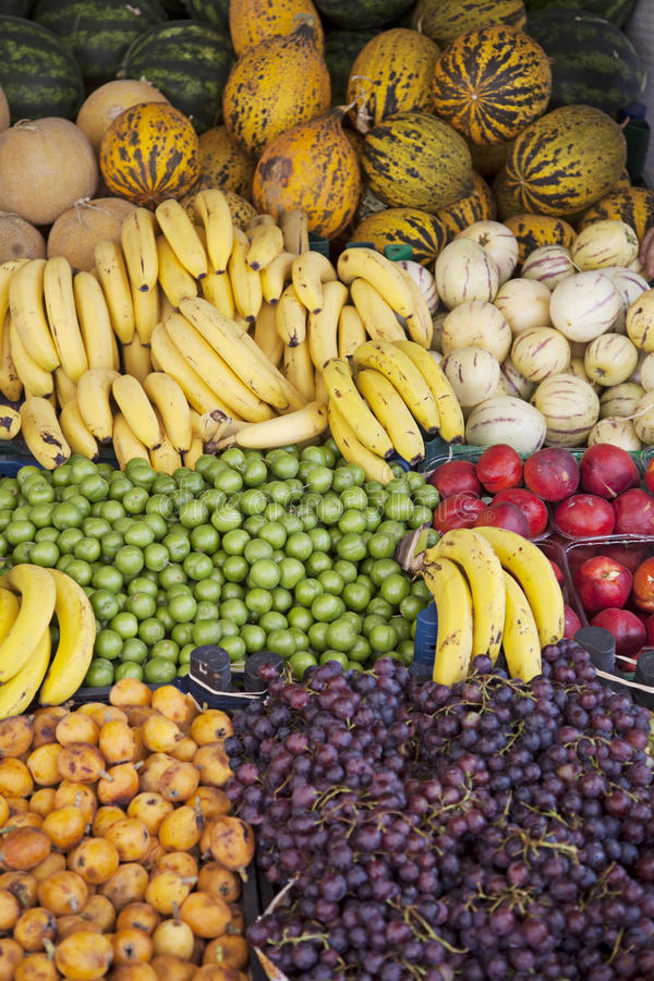 Suporte de frutos no mercado de rua foto de stock royalty free