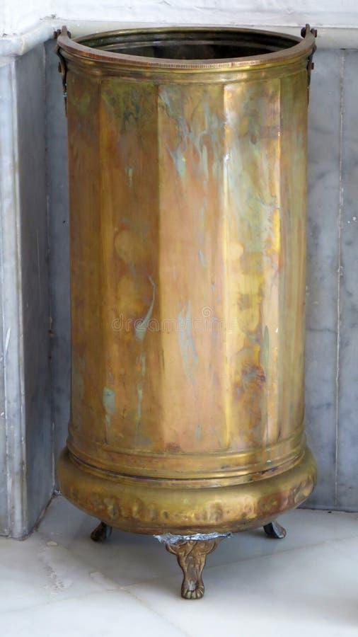 Suporte de guarda-chuva de bronze no canto recessed fotografia de stock