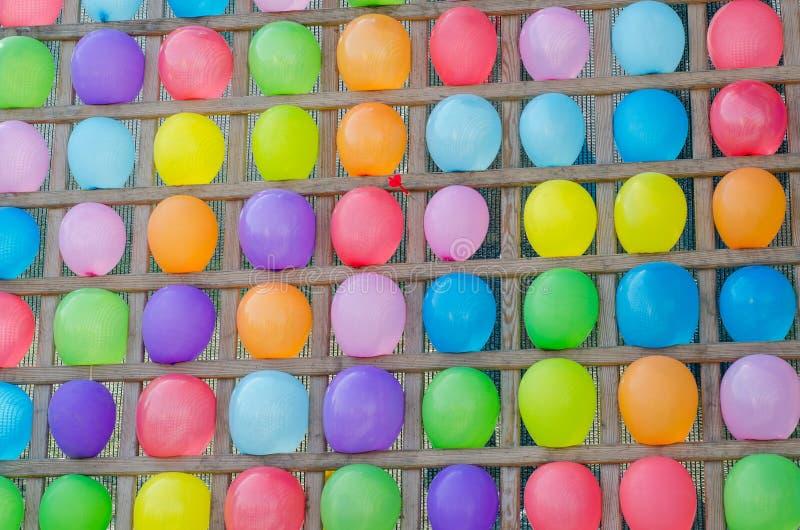 Suporte de madeira com a corda colorida e os balões Fundo colorido colorido do sumário do balão Jogo do divertimento fotos de stock royalty free