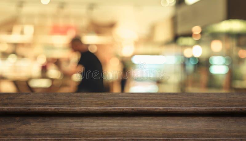 Suporte de madeira escuro do alimento do tampo da mesa da etapa vazia com cliente do borrão imagens de stock
