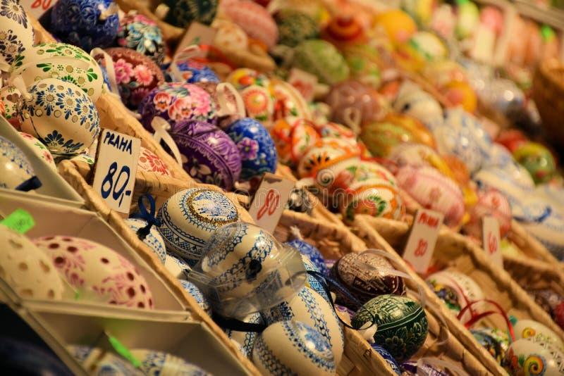 Suporte de ovos da páscoa bonito no mercado de Pragues foto de stock royalty free