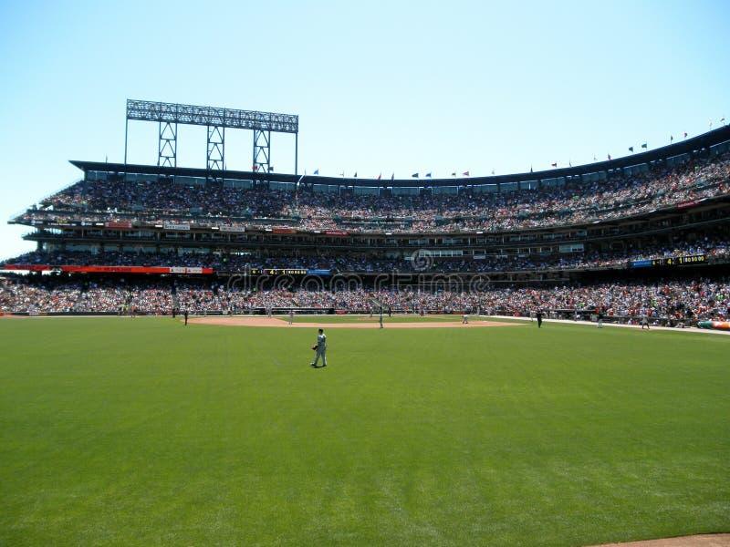 Suporte de Red Sox no campo antes do passo à massa de Giants fotografia de stock