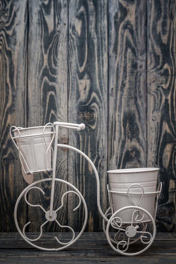 Suporte decorativo do vaso de flores do ferro forjado com projeto da bicicleta fotografia de stock