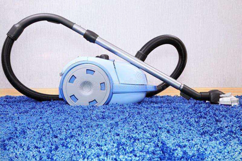 Suporte do aspirador de p30 no tapete azul. fotos de stock