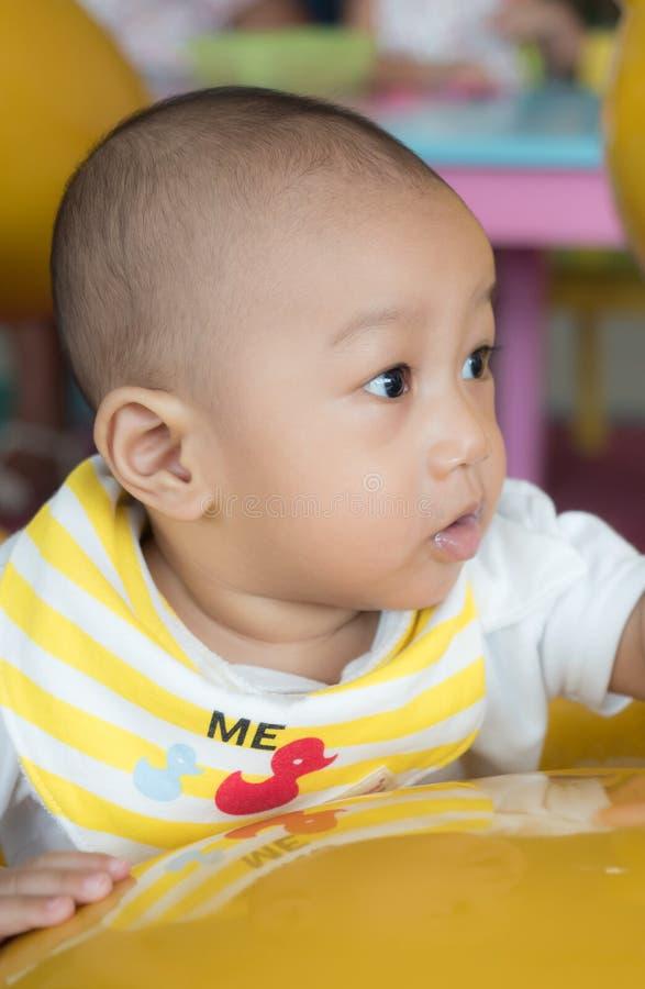 Suporte do bebê que guarda o sofá imagem de stock royalty free