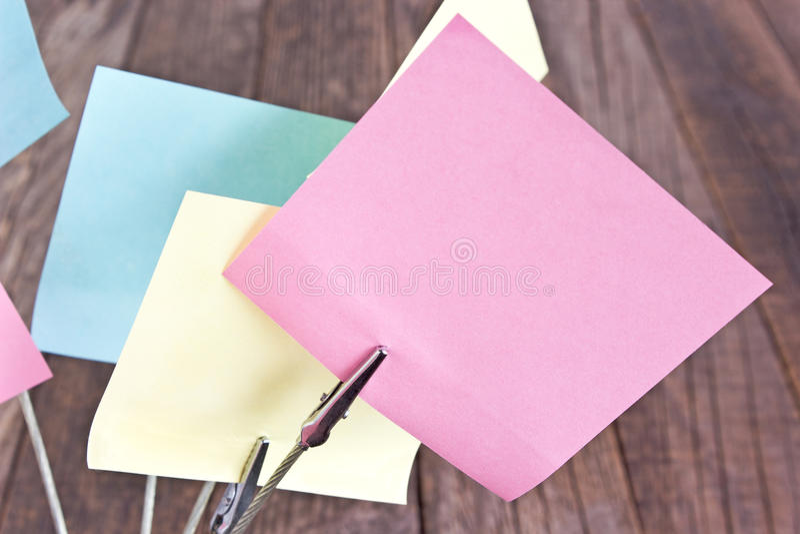 Suporte do memorando com notas pegajosas coloridas no fundo de madeira fotografia de stock royalty free