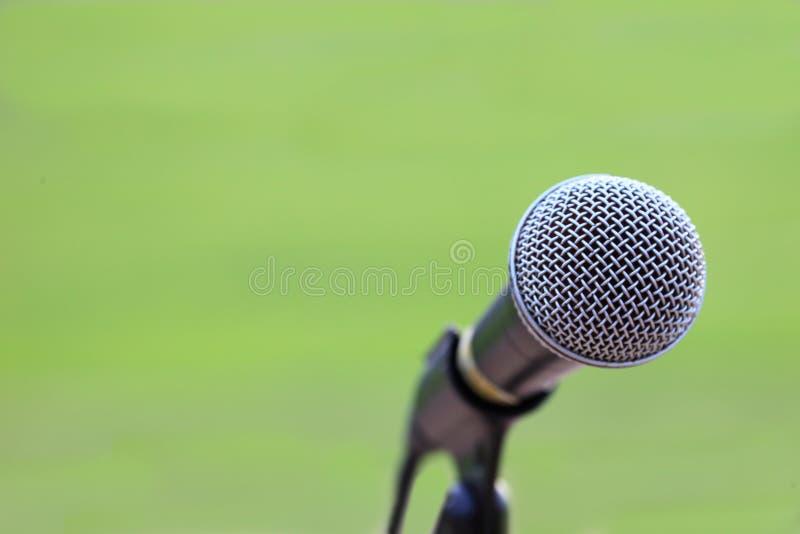suporte do microfone no campo de grama para anunciar para o esporte exterior e no projeto de conceito do anúncio com espaço da có fotos de stock