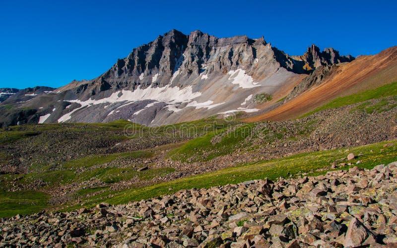 Suporte do pico de montanha de Colorado alto com blocos da neve e a tundra aberta foto de stock royalty free