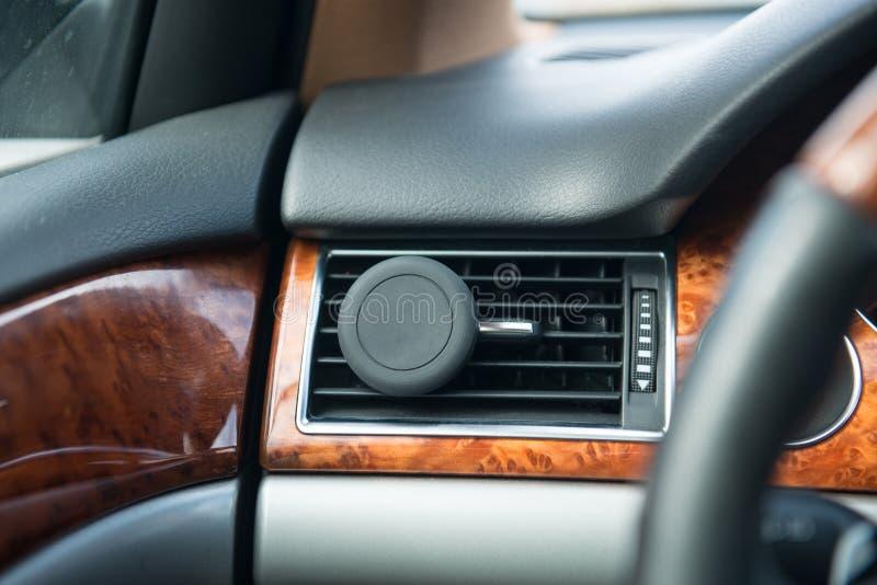 Suporte do telefone da montagem do carro do ímã para o uso de GPS no carro durante o passeio foto de stock royalty free