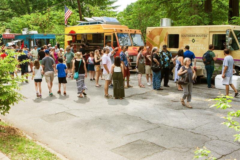 Suporte dos povos na linha em caminhões do alimento durante o festival de Atlanta foto de stock