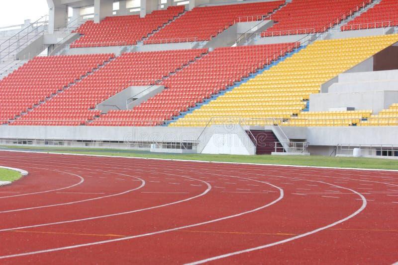 Suporte e pista de atletismo do estádio foto de stock