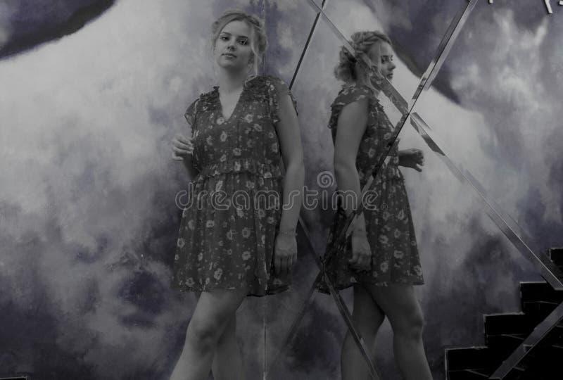 Suporte encantador da moça perto do espelho fotografia de stock royalty free