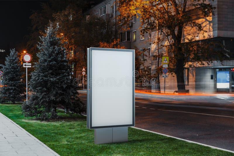 Suporte exterior branco vazio da bandeira em seguida na noite na cidade, rendição 3d fotografia de stock