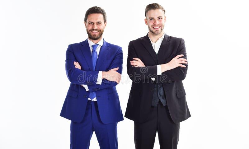 Suporte formal do terno do homem de negócios dos homens seguramente com fundo branco cruzado dos braços Chefes seguros do negócio fotos de stock royalty free