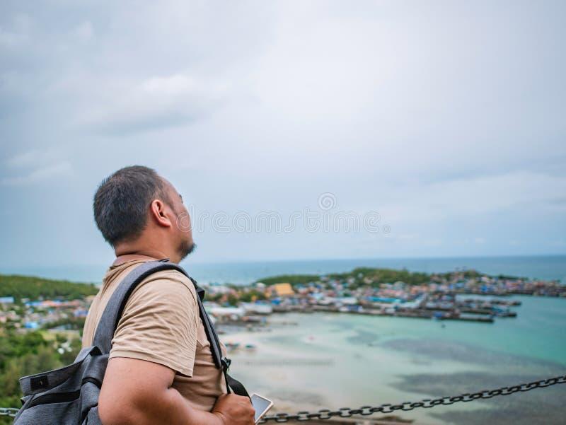 Suporte gordo do mochileiro de Asisn quando telefone celular do uso sobre Khao miliampère Jor Pier fotografia de stock