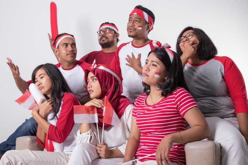 Suporte indonésio triste para perder o fósforo foto de stock