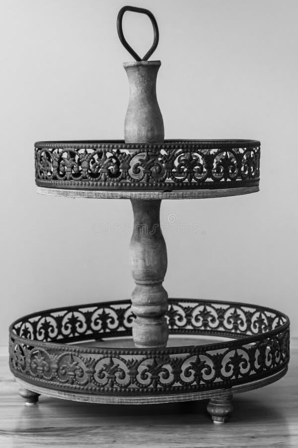 Suporte levando do bolo rústico em preto e branco na tabela imagens de stock royalty free