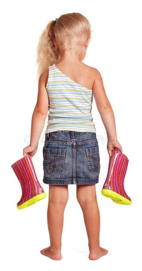 Suporte louro pequeno da menina que mantém as botas de borracha isoladas imagens de stock