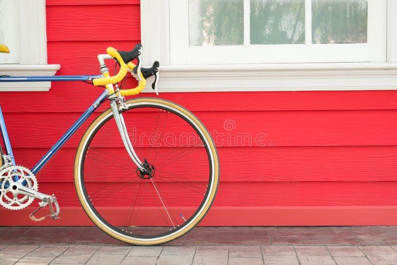 Suporte moderno da bicicleta perto da parede de madeira fotografia de stock