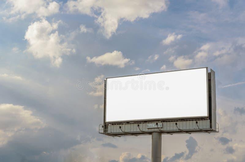 Suporte para anunciar, painel do quadro de avisos que negligencia a rua da cidade, placa do modelo imagem de stock