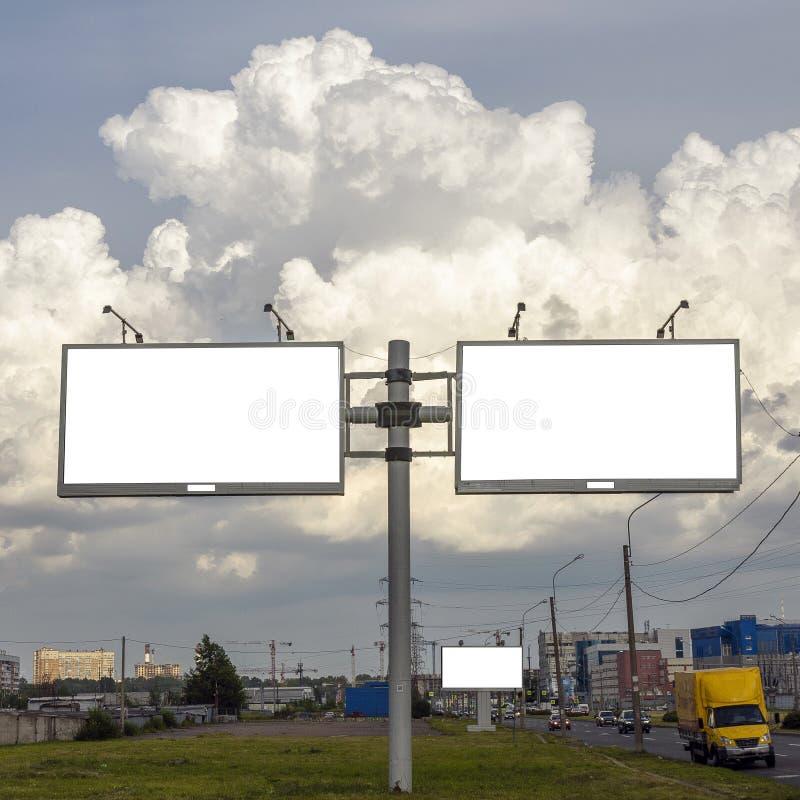 Suporte para anunciar, painel do quadro de avisos que negligencia a rua da cidade, placa do modelo fotos de stock
