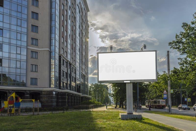 Suporte para anunciar, painel do quadro de avisos que negligencia a rua da cidade, placa do modelo imagens de stock