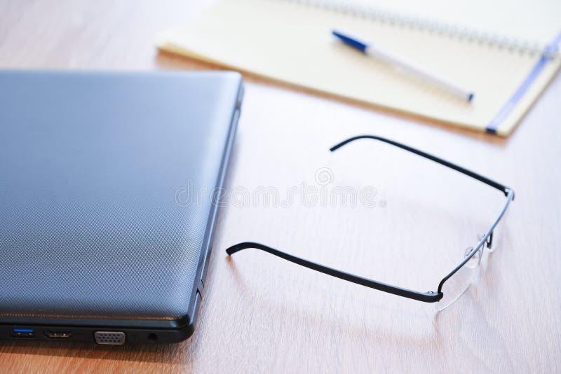 Suporte vermelho da caixa do tablet pc para a tabuleta um grande acessório Um caderno detalhado e vidros Para o trabalho foto de stock