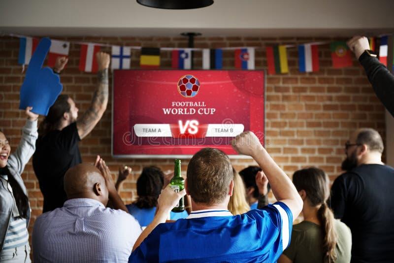 Suportes alegres que olham o futebol no bar foto de stock royalty free