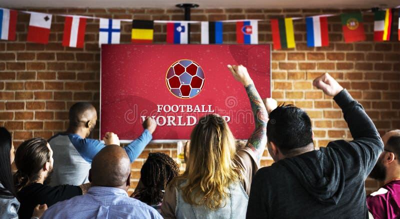 Suportes alegres que olham o futebol no bar fotos de stock