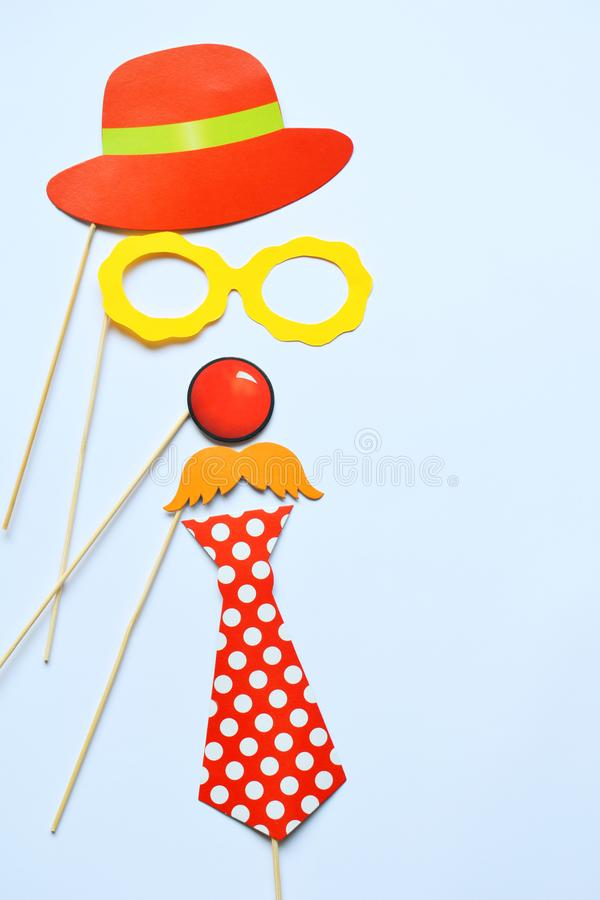 Suportes coloridos para o partido Acessórios do carnaval ajustados Vidros de papel, chapéu, bordos, bigodes, laço em varas de mad imagens de stock
