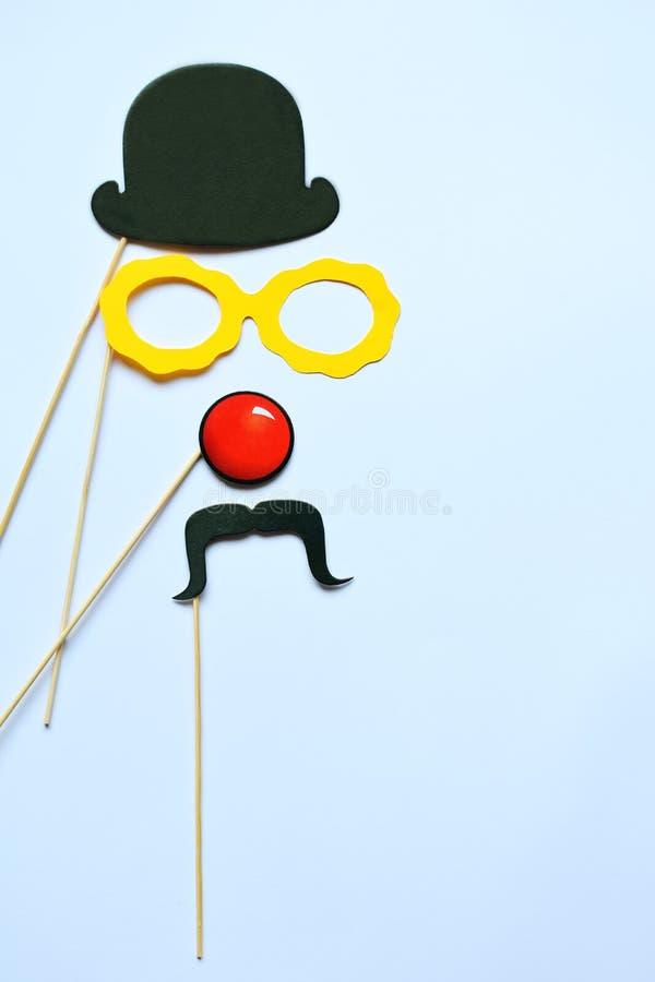 Suportes coloridos para o partido Acessórios do carnaval ajustados Vidros de papel, chapéu, bordos, bigodes, laço em varas de mad fotografia de stock royalty free