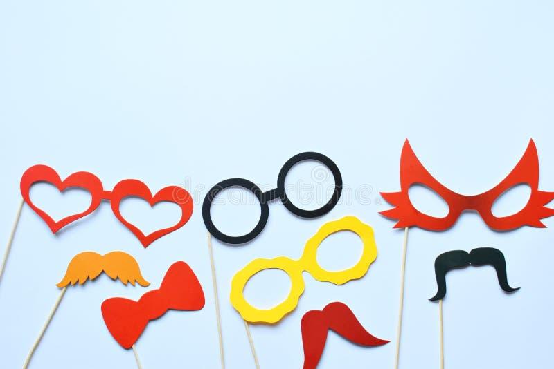 Suportes coloridos para o partido Acessórios do carnaval ajustados Vidros de papel, chapéu, bordos, bigodes, laço em varas de mad foto de stock