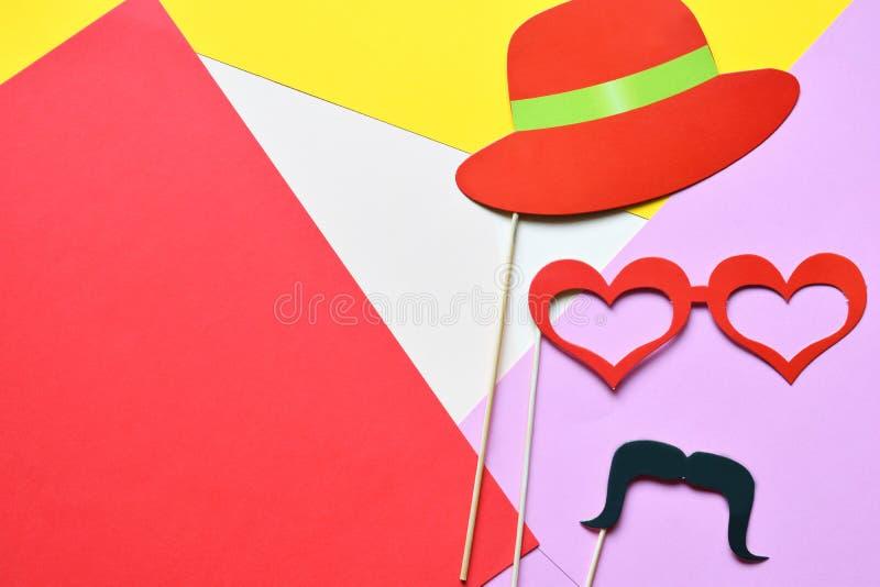 Suportes coloridos para o partido Acessórios do carnaval ajustados Vidros de papel, chapéu, bordos, bigodes, laço em varas de mad fotografia de stock