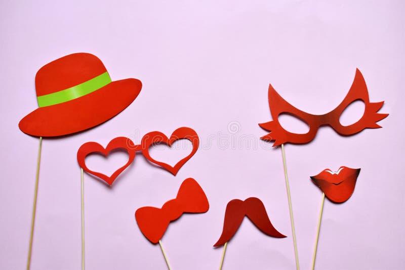 Suportes coloridos para o partido Acessórios do carnaval ajustados Vidros de papel, chapéu, bordos, bigodes, laço em varas de mad imagens de stock royalty free