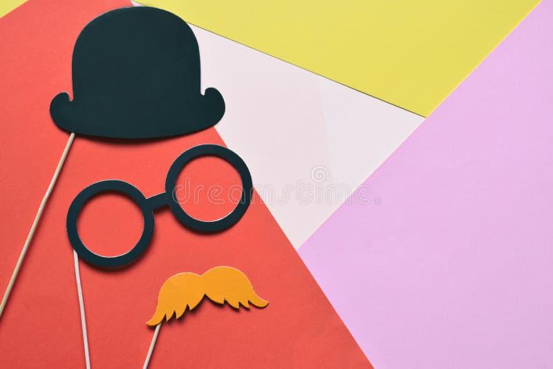 Suportes coloridos para o partido Acessórios do carnaval ajustados Vidros de papel, chapéu, bordos, bigodes, laço em varas de mad fotos de stock royalty free