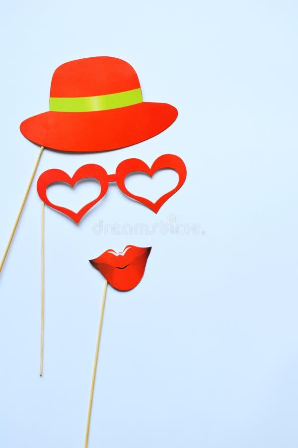 Suportes coloridos para o partido Acessórios do carnaval ajustados Vidros de papel, chapéu, bordos, bigodes, laço em varas de mad imagem de stock