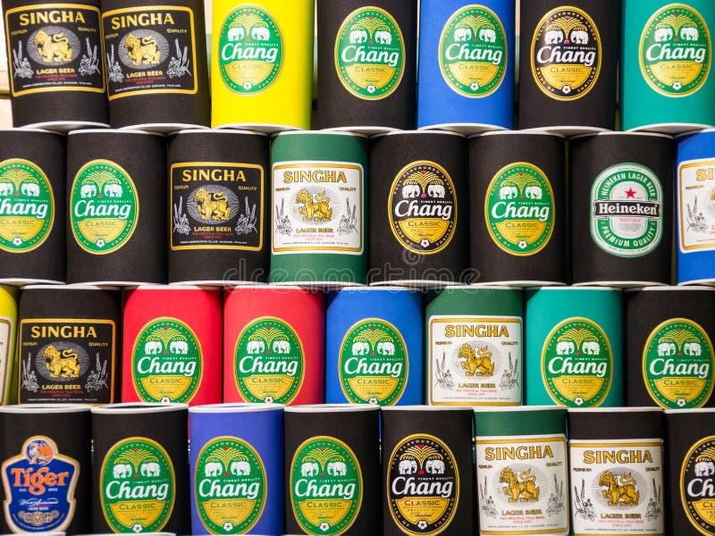 Suportes de garrafa de Typycal com logotipos tailandeses da cerveja foto de stock royalty free