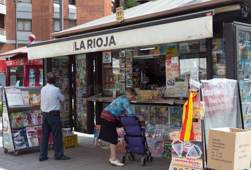 Suportes de notícia em Logrono, Espanha fotografia de stock